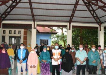 Bantuan Pemda Gorut kepada korban banjir Lanjut Usia (Lansia) diserahkan oleh Sekda Gorut, Ridwan Yasin. (f. istimewa).