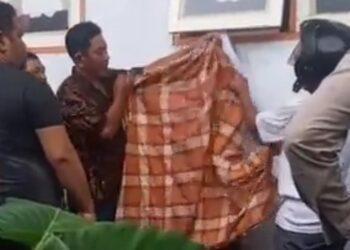 Seorang bocah yang duduk di SDN 2 Tilamuta, ditemukan meninggal dunia dalam kedaan tergantung di jendela SDN 2 Tilamuta.