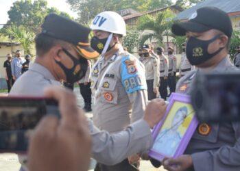 Kapolres Gorontalo, AKBP Ade Permana saat melakukan pencoretan terhadap foto Bribka