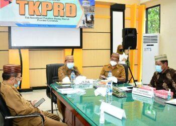 Sekretaris Daerah Provinsi Gorontalo Darda Daraba (tengah) saat memimpin rapat koordinasi TKPRD Provinsi Gorontalo di Aula Rapat Lantai I Dinas PUPR, Senin (1/3/2021). (Foto: Yudi – PUPR)