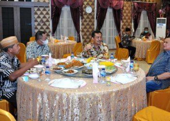Wagub Gorontalo H. Idris Rahim (kanan) berbincang dengan Dirjen Bina Pemdes Kemendagri, Yusharto Huntoyungo, pada ramah tamah bersama Pemprov Gorontalo di rumah jabatan Wagub Gorontalo, Kamis (4/3/2021). (Foto : Haris)