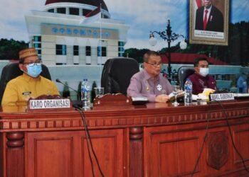 Wagub Gorontalo H. Idris Rahim (tengah) memberikan arahan pada rakor ekspos kajian penyesuaian kelembagaan perangkat daerah di ruangan Dulohupa Gubernuran Gorontalo, Kamis (4/3/2021). (Foto : Haris)