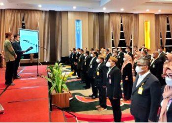 Ketua Umum Persatuan Insinyur Indonesia (PII) Heru Dewanto (kedua kiri) saat melantik dan mengukuhkan Pengurus Wilayah PII Provinsi Gorontalo dan Pengurus Cabang se Provinsi Gorontalo di Hotel Aston Kota Gorontalo, Sabtu (6/3/2021) malam.