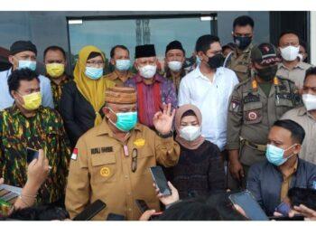 Gubernur Gorontalo Rusli Habibie saat memberikan keterangan kepada wartawan usai diperiksa sebagai saksi pada perkara hukum jalan GORR di Pengadilan Tipikor, Kota Gorontalo, Senin (8/3/2021). (Foto: Istimewa).