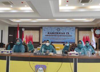 Tim Penggerak PKK Provinsi Gorontalo saat mendengarkan arahan dari Menteri Dalam Negeri TIto Carnavian pada pelaksanaan Rapat Kerja Nasional (Rakernas) PKK ke- IX secara virtual, Senin (8/3/2021), dari Aula Rudis Gubernur.