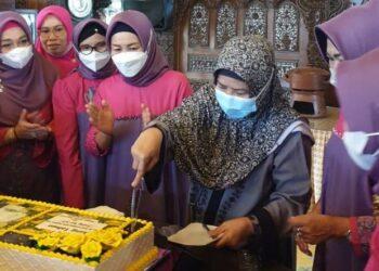 Kejutan ulang tahun sederhana yang diberikan Dharma Wanita Provinsi Gorontalo untuk Ketua TPKK Provinsi Gorontalo Idah Syahidah yang bertambah usianya ke 57 tahun pada Kamis (11/3/2021). Surprise sederhana ini berlangsung di rumah pribadi gubernur. (Foto – Nova)