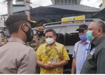 Gubernur Gorontalo, Rusli Habibie ketika melakukan pertemuan dengan keluarga pelaku di Kantor Lurah Tenda, Kecamatan Hulonthalangi, Kota Gorontalo, Sabtu (6/2/2021). foto ari/gopos