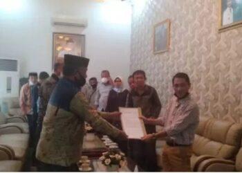 Perwakilan warga menyerahkan surat usulan kepada Bupati Gorontalo Nelson Pomalingo, Senin (1/2/2021). Warga ingin menamai jalan Rusli Habibie sebagai wujud syukur dan terima kasih kepada Gubernur Gorontalo dua periode itu. (Foto: istimewa).