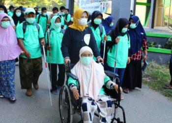 Ketua Tim Penggerak PKK Provinsi Gorontalo Idah Syahidah saat jalan sehat bersama penyandang disabilitas, di seputaran lapangan gelanggang GOR Nani Wartabone, Sabtu (13/3/2021). (Foto – Adlan)