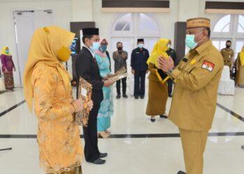 Gubernur Gorontalo Rusli Habibie memberi selamat kepada perwakilan kepala sekolah yang dilantik, Senin (15/3/2021). Rusli mengingatkan kepala sekolah yang dilantik untuk berhati hati mengelola dana BOS. (Foto: Salman).