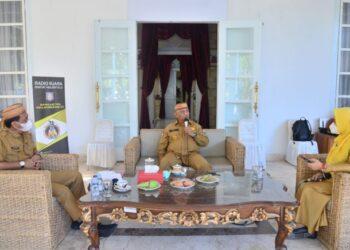 Suasana dialog interaktif Gubernur Gorontalo Rusli Habibie dan Kadis Pertanian yang berlangsung di Rujab Gubernur, Senin (15/3/2021). Dialog yang disiarkan langsung Radio Suara RH itu membahas tentang aturan pupuk bersubsidi yang dikeluhkan petani. (Foto: Salman).