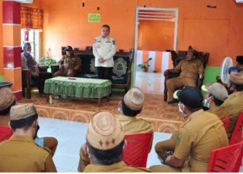 Wagub Idris Rahim memberikan sambutan pada silaturahmi bersama para kepala desa se Kecamatan Paguyaman di aula Kantor Desa Saripi, Kabupaten Boalemo, Senin (15/3/2021). (Foto : Haris)