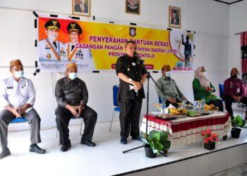 Wagub Gorontalo H. Idris Rahim memberikan sambutan pada penyerahan bantuan beras CPPD Provinsi Gorontalo di Kecamatan Dulupi, Kabupaten Boalemo, Kamis (18/3/2021). (Foto : Haris)