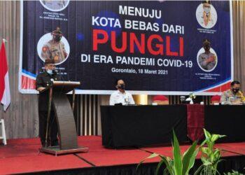 Wagub Gorontalo H. Idris Rahim memberikan sambutan pada pembukaan sosialisasi menuju kota bebas dari pungli di Hotel Aston, Kota Gorontalo, Kamis (18/3/2021). (Foto : Haris)