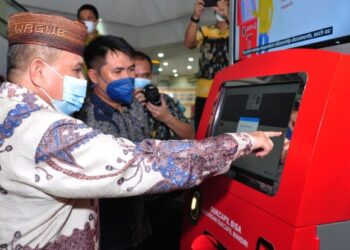 Wagub Gorontalo H. Idris menggukan mesin ADM untuk mencetak KTP El pada peresmian pemanfaatan mesin ADM di City Mall, Kota Gorontalo, Jumat (19/3/2021)