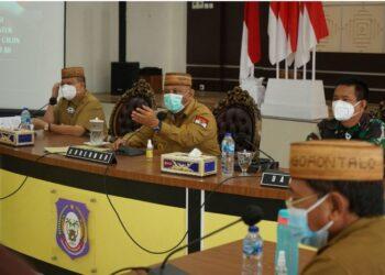 Gubernur Gorontalo Rusli Habibie, didampingi Wagub Idris Rahim dan Danrem 133 NWB,  saat memimpin rapat  koordinasi pengadaan tanah Secaba di aula rumah jabatan gubernur, Senin (22/3/2021). (Foto – Ryan).