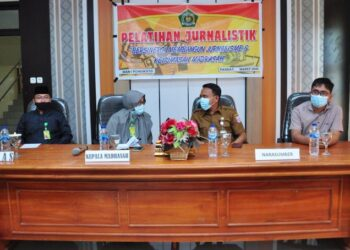 Kepala Seksi Pengelolaan dan Pelayanan Infomasi Diskominfotik Provinsi Gorontalo, Ismail Sam Giu (kedua kanan), berbincang dengan Kepala MAN 1 Pohuwato pada pembukaan pelatihan jurnalistik di aula Asrama Terpadu MAN 1 Pohuwato, Senin (22/3/2021). (Foto : Haris)