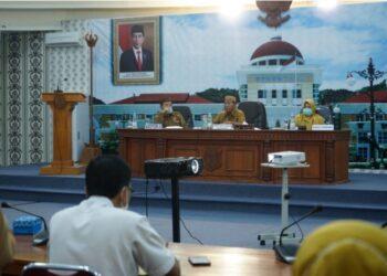 Suasana rapat pimpinan evaluasi penyerapan APBD Tahun Anggaran 2021 yang dipimpin Sekretaris Daerah Provinsi (Sekdaprov) Gorontalo Darda Daraba  di Ruangan Dulohupa Gubernuran Gorontalo, Selasa (23/3/2021). (Foto: Nova-Kominfo)