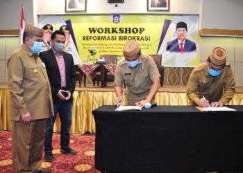 Wagub Gorontalo H. Idris Rahim (kiri) menyaksikan penandatanganan komitmen reformasi birokrasi oleh pimpinan OPD Provisi Gorontalo pada workshop reformasi birokrasi di Hotel Maqna, Kota Gorontalo, Selasa (23/3/2021). (Foto : Haris)