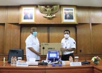 Gubernur Gorontalo Rusli Habibie (kiri) menerima Ventilator Resusitator Manual (VTM) 2 yang diserahkan oleh Dirut PT Pindad Abraham Mose, Rabu (24/3/2021). Penyerahan bertempat di kantor PT Pindad, Bandung itu juga diserahkan untuk Kapolda dan Danrem 133/Nani Wartabone masing-masing dua unit. (Foto: Dzakir-BPPG).