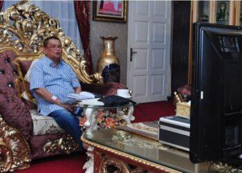 Wagub Gorontalo H. Idris Rahim memberikan kuliah umum secara daring kepada mahasiswa Program Pascasarjana STIA Bina Taruna di rumah jabatannya, Sabtu (27/3/2021). (Foto : Haris)