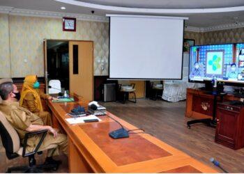 Wagub Gorontalo H. Idris Rahim (kiri) mengikuti rapat rutin monitoring dan evaluasi vaksinasi nasional secara virtual yang dipimpin oleh Menkes Budi Gunadi Sadikin di ruangan Huyula Gubernuran Gorontalo, Senin (29/3/2021). (Foto : Haris)