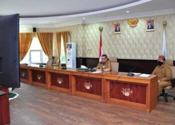 Wagub Gorontalo H. Idris Rahim (kiri), memberikan sambutan pengantar pada penilaian PPD tahun 2021 yang berlangsung secara virtual di ruangan Huyula Gubernuran Gorontalo, Senin (29/3/2021). (Foto : Haris)