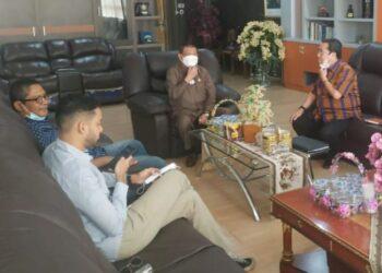 Wagub Gorontalo H. Idris Rahim (tengah) menerima kunjungan Direktur PT. SIP di ruang kerja Wagub di Gubernuran Gorontalo, Selasa (30/3/2021). (Foto : Gusti)