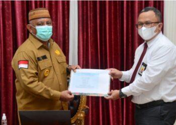 Gubernur Gorontalo Rusli Habibie saat menyerahkan laporan Surat Pemberitahuan Tahunan (SPT) Pajak Penghasilan pribadi tahun 2020 kepada Kepala Kantor Pajak Pratama Gorontalo, Senin (1/3/2021) bertempat di Rujab Gubernur. (Foto – Salman)