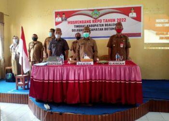 Sekda Boalemo, sherman Moridu, (tengah) saat menghadiri Musrenbang RKPD Tingkat Kecamatan Botumoito, Tahun 2021. (Foto : Fitra).