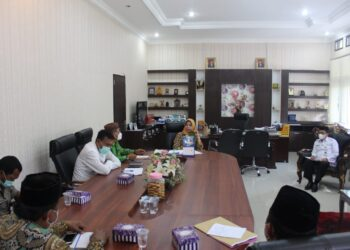 Sekda Kabupaten Gorontalo, Hadijah U. Tayeb, saat memimpin rapat persiapan Isra Mi'raj. (Foto : Istimewa).