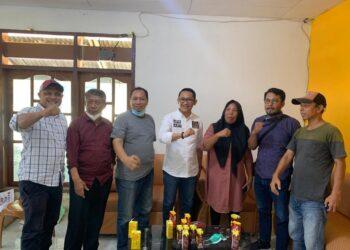 DPC Hanura Parimo bersama Anggota DPD-RI Abdul Rachman Taha (ART/tengah). (Foto : Istimewa).
