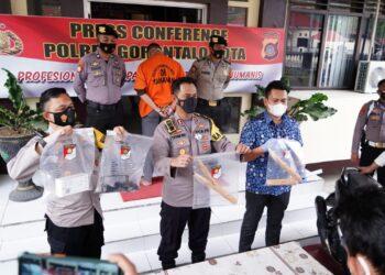 Kapolres Gorontalo Kota AKBP Desmont Harjendro saat merilis kasus pembunuhan