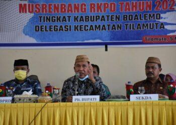 Plt Bupati Boalemo, Anas Jusuf, (tengah), saat memberikan sambutan pada kegiatan Musrenbang Kecamatan Tilamuta. Jum'at, (05/03/2021). (Foto : Humas).