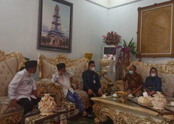 Bupati Kabupaten Gorontalo, Nelson Pomalingo, saat menerima Kunjungan Kerja (Kunker) Dirjen Bina Pemerintahan Desa, di Rumah Dinas Bupati Kabupaten Gorontalo. (Foto : Istimewa).