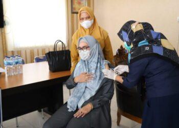 Wakil Bupati Bonebol, saat melakukan Vaksinasi covid 19 (Foto : Istimewa)