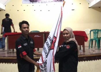 Peyerahan Pataka AMPKPRG, dari Ketua Umum lama, Zulkifli Bantali, kepada Ketua umum baru terpilih Desriyani Auna. (Foto : Istimewa).