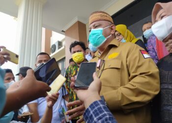 Gubernur Gorontalo Rusli Habibie saat menjawab pertanyaan wartawan usai diperiksa sebagai saksi di Pengadilan Tipikor, Kota Gorontalo, Senin (8/3/2021). Gubernur Rusli bersaksi atas perkara hukum kasus jalan GORR dengan dua terdakwa yakni F.S dan Ibr