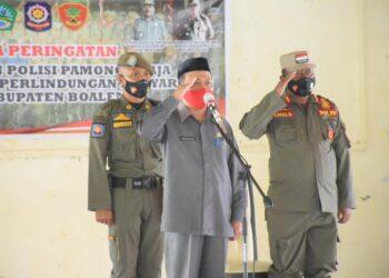 Sekda Kabupaten Boalemo, Sherman Moridu (tengah), saat memimpin upacara. (Foto : Humas).