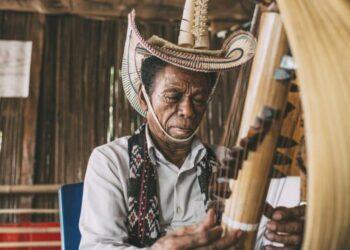 Alat musik sasando dimainkan oleh Jeremiah August Pah seniman musik di Rote, Nusa Tenggara Timur. WIKI COMMON/ Fakhri Anindita