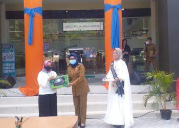 Pemberian cendera mata oleh Wakil Bupati Bonebol kepada Deputi Kemnterian PAN dan RB (Foto : Istimewa)