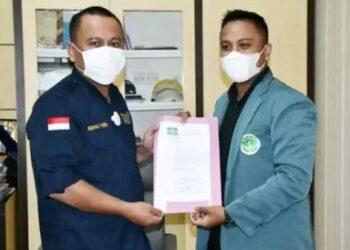 Sekda Gorut, Ridwan Yasin menerima kunjungan dari Ikatan Pelajar Nahdlatul Ulama (IPNU) Cabang Gorontalo Utara, di ruang kerjanya.(foto.istimewa)