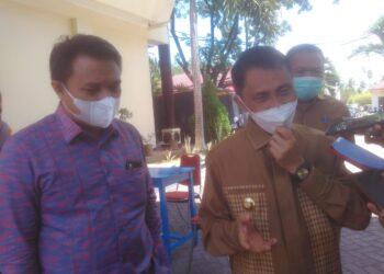 Bupati Kabupaten Gorontalo, Nelson Pomalingo (Kanan), saat ditemui awak media usai rapat. (Foto : Istimewa).