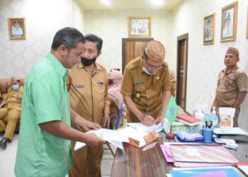 Plt Bupati Boalemo, Anas Jusuf, saat menandatangani MOU kerjsama dengan PT. Gemilang Utama. (Foto : Humas).