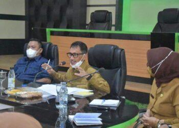 Bupati Gorontalo, Nelson Pomalingo saat melakukan rapat bersama seluruh jajaran Forkopimda. (Foto : Istimewa).