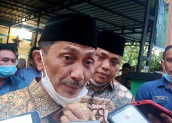 Bupati Kabupaten Gorontalo, Nelson Pomalingo, saat diwawancarai terkait rumah gratis untuk guru honorer. (Foto : Istimewa).