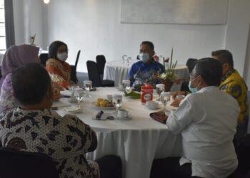 Plt Bupati Boalemo, Anas Jusuf (Kemeja Biru), saat menghadiri RUPS. (Foto : Humas).