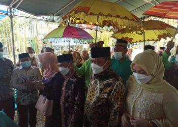 Bupati Kabupaten Gorontalo Nelson Pomalingo bersama Wakil Bupati Hendra Hemeto, saat mengikuti serangkaian adat Mopotilolo. (Foto : Istimewa).