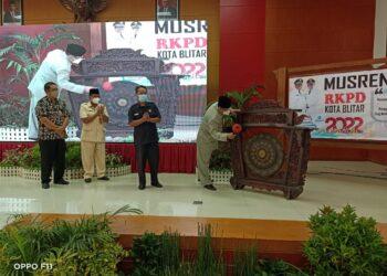 Wali Kota Blitar Santoso tabuh gong, penanda dimulainya Musrenbang tahun  2022. (foto: Dwi/prosesnews).