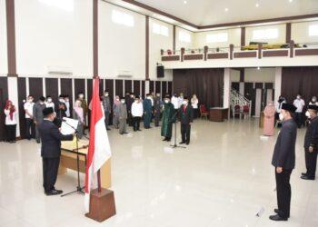 Marten Taha dalam pelantikan dan pengambilan sumpah Pejabat Pimpinan Tinggi Pratama Kepala Dinas Kependudukan dan Pencatatan Sipil Kota Gorontalo